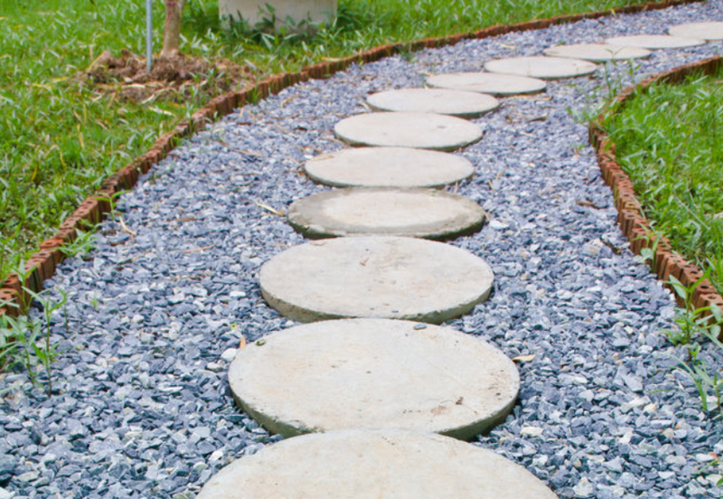 V di vialetti da giardino idee per sentieri camminamenti e pavimenti con pietre e legno - Idee giardino in pendenza ...